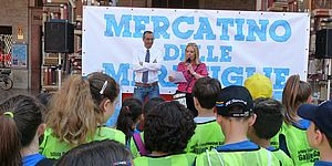 il sindaco risponde alle domande degli alunni del mercatino delle meraviglie