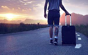 ragazzo con valigia
