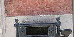 immagine di un bidone con posacenere incorporato
