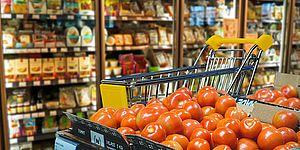 bancone del supermercato con pomodori