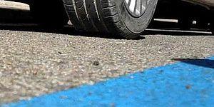 Strada con parcheggi a strisce blu