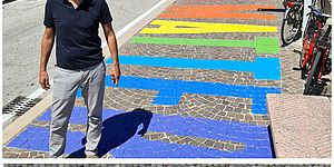 Ricci con scritta arcobaleno a terra