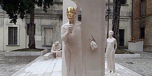 statua con maschera d'oro
