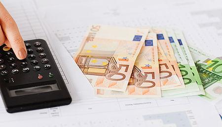 immagine raffigurante soldi e calcolatrice come simbolo del contributo economico