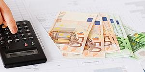 Immagine raffigurante una calcolatrice con dei soldi