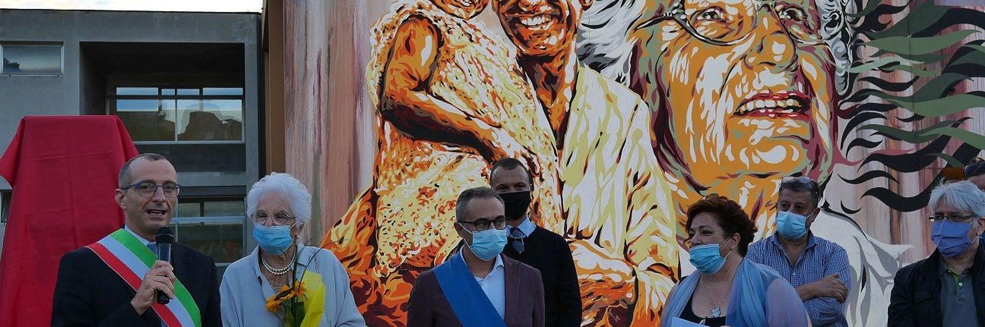 Ricci Segre davanti al murales a lei dedicato