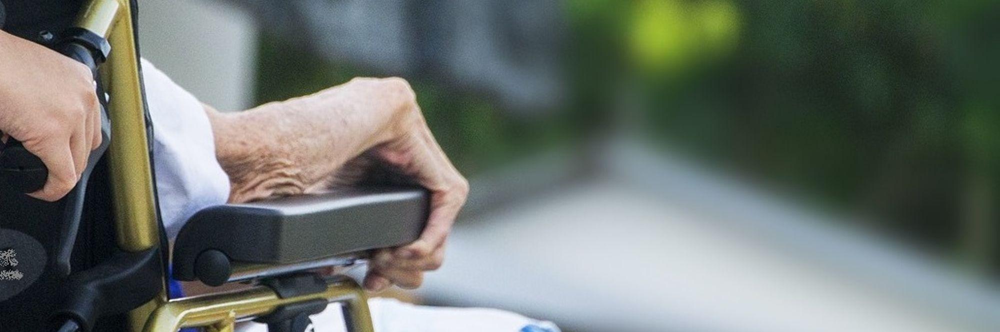 Lato sedia a rotelle con braccio anziana