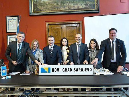 autorità varie con cartello Sarajevo