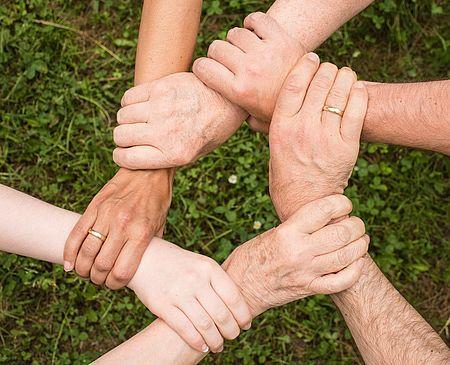 mani che si intrecciano