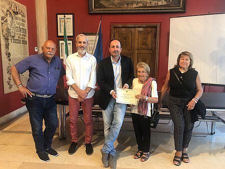Consegnato attestato a Anna Lavaria, turista da oltre 50 anni a Pesaro