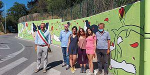 Sindaco ed altri davanti al murales