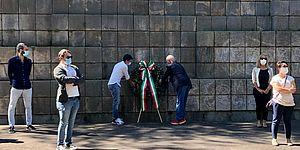 deposizione corona al monumento della resistenza