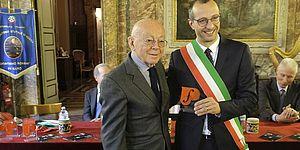Sovrintendente Rof con Sindaco in mano riconoscimento Unesco
