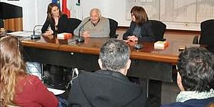 Sala stampa con giornalisti e Mogol