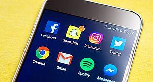 cellulare con loghi social