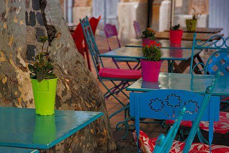 tavolini colorati per bar all'esterno