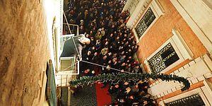 via Rossini con pubblico e cantante nel terrazzo