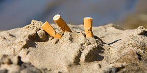 Mozziconi di sigarette in spiaggia