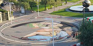 Immagine della Madonna della Seggiola dipinta a terra