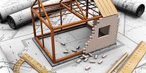 Elaborati grafici di un progetto con un modello di casa in costruzione