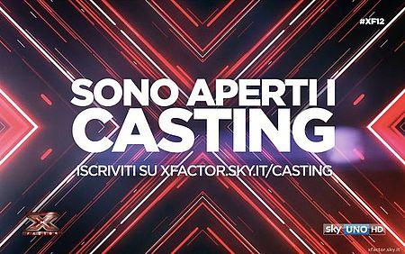 logo X-Factor con una X al centro color rosso, nero, bianco, più scritta sono Aperti i Casting