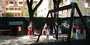 Bimbi in parco giochi