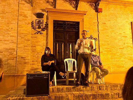 Ricci Morotti davanti municipio di Monteciccardo