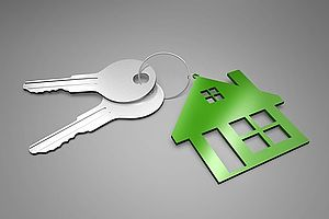 portachiavi a forma di casa verde con mazzo di chiavi