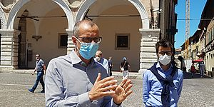 Ricci Pozzi con mascherina in piazza