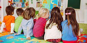 bambini di spalle a sedere in classe