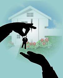 una mano nera consegna chiavi a un'altra mano nera e sullo sfondo c'è una casa