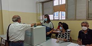 Elettore che vota alla Sezione Elettorale n. 60