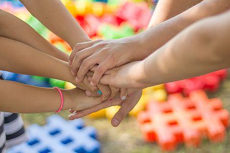mani di bambini