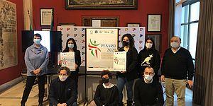 Ricci ed altri attorno al manifesto con il logo della ginnastica