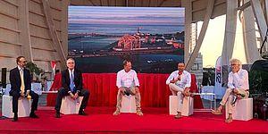 Ricci ed altri con sullo sfondo Cantiere Rossini