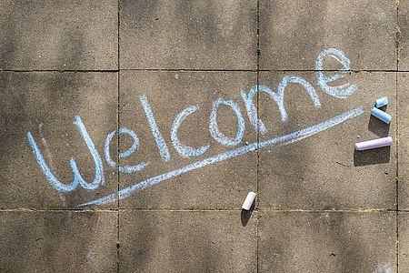 Welcome scritto con gessetti colorati