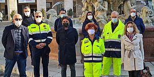 Volontari attorno alla fontana