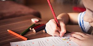 bambina disegna
