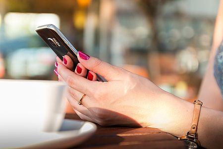 mani di donna con telefono