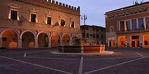 piazza con fontana e palazzi storici