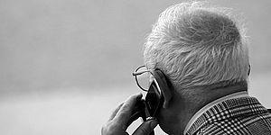 Foto persona anziana al telefono