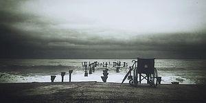 Foto con mare, nuvole, sedia a rotelle