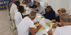 La nottata di Ricci con i senzatetto per rilanciare l'appello della Caritas: «Sosteniamo Casa Tabanelli»
