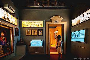 Una visitatrice all'interno di una delle stanze del Museo Nazionale Rossini all'interno di Palazzo Montani Antaldi