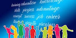 Gruppo di giovani su sfondo colorato con scritte