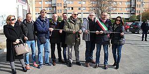 gruppo di persone taglio del nastro via Casella