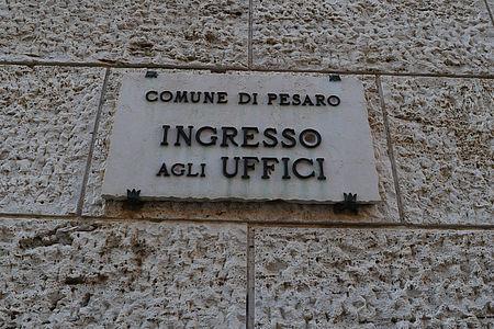 Targa in pietra con scritta Comune di Pesaro ingresso agli uffici