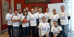 medaglie a gruppo che gioca a basket da 40 anni