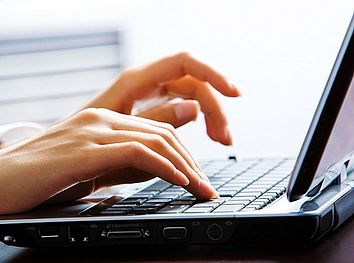 manie che lavorano al computer