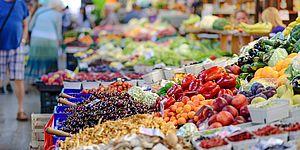 banco frutta e verdusa al supermercato
